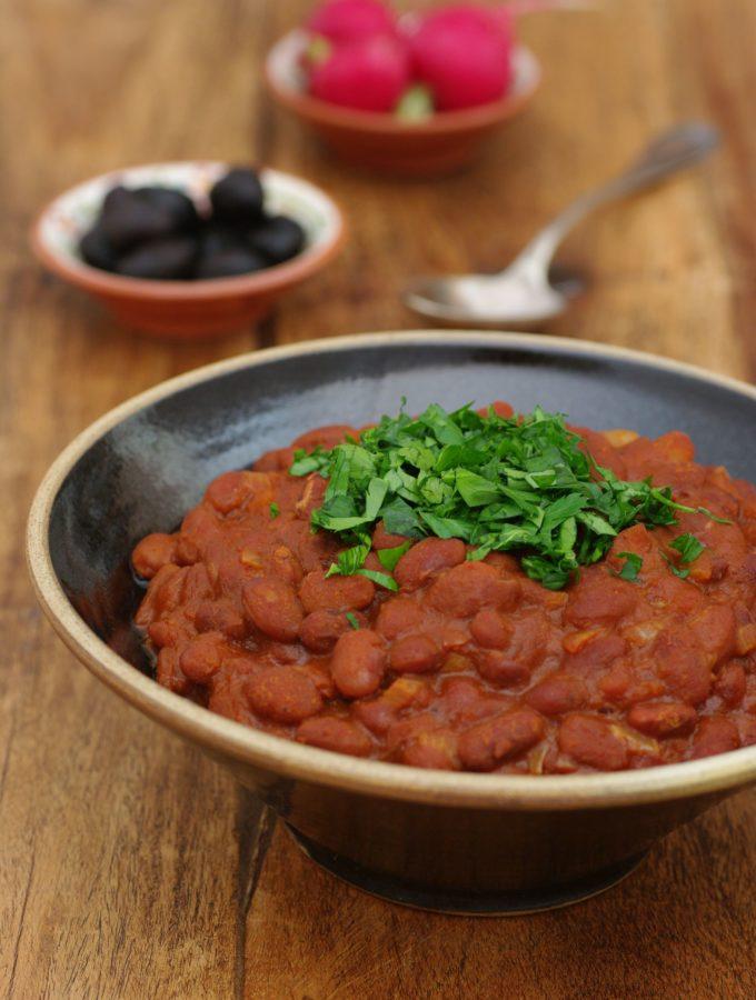 Fassoulia bi zeit – Pinto Beans in Tomato Sauce